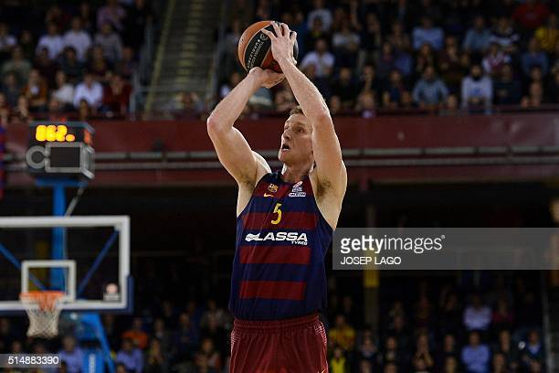 Barcelona's US forward Justin Doellman tries to score during the Euroleague group F top 16 round 10 basketball match FC Barcelona Lassa vs CSKA...