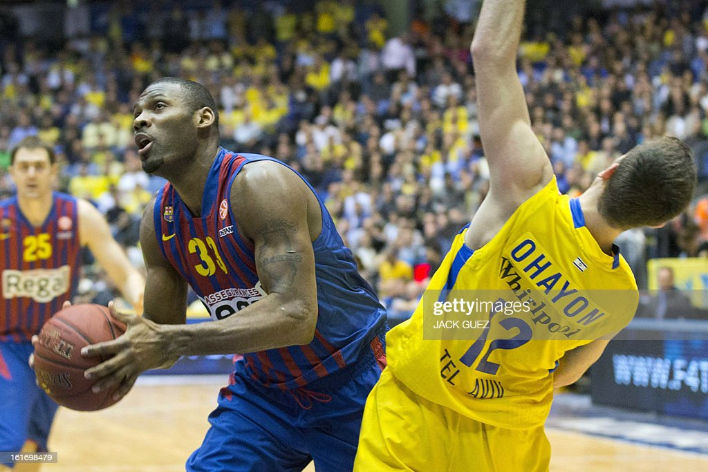 Barcelona's US forward Pete Mickeal (L) vies with Tel Aviv's Israeli guard Yogev Ohayon (R) during their Euroleague Top 16 basketball match, Maccabi Tel Aviv Electra versus FC Barcelona Regal, on February 14, 2013 at the Nokia stadium in the Mediterranean coastal city of Tel Aviv, Israel. AFP PHOTO / JACK GUEZ
