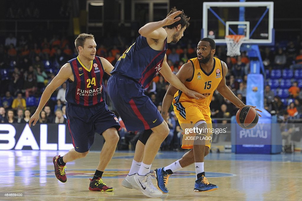 Barcelona's US guard Brad Oleson (L) and Barcelona's Croatian centre Ante Tomic (C) vie with Alba Berlin's US guard Reggie Redding (R) during the Euroleague basketball match FC Barcelona vs Crvena Zvezda Telekom Belgrade at the Palau Blaugrana sportshall in Barcelona on February 27, 2015. AFP PHOTO/ JOSEP LAGO