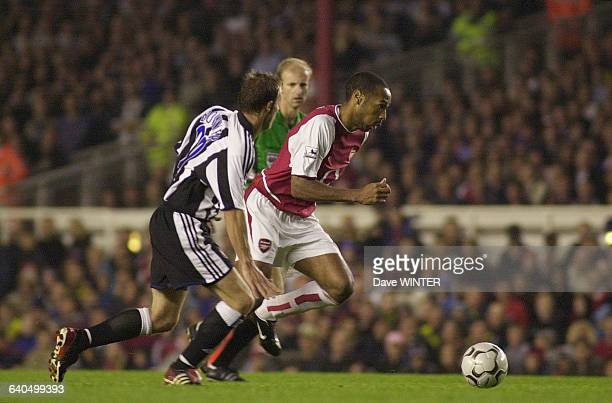 FA Barclaycard Premiership Soccer Season 20032004 Arsenal vs Newcastle United Arsenal's Thierry Henry takes on Newcastle's Lee Bowyer Championnat...