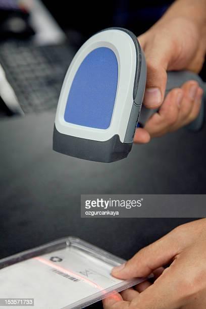 Barcode scaner liegt in den Händen von einem Mann