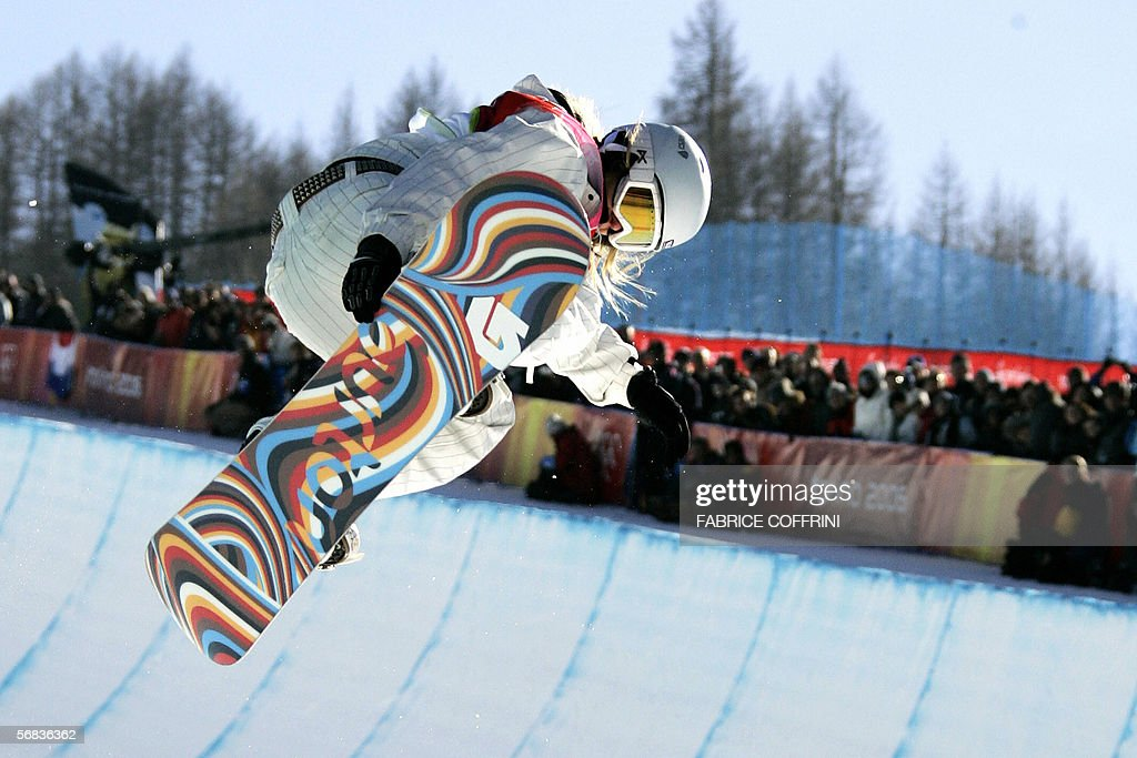 US Hannah Teter competes during the Ladies' snowboard Halfpipe final on the third day of the Turin 2006 Winter Olympics 13 February 2006 in...