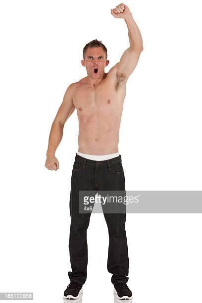 Reação chested homem gritar com Mão Levantada