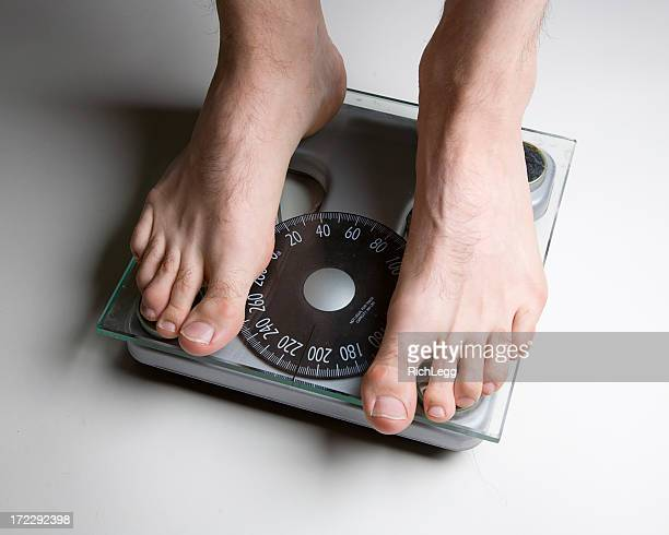 Les pieds nus sur un pèse-personne