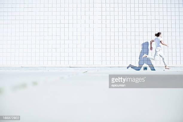 Barfuß kostenlose runner (parkour- Sportler) gekleidet in Weiß