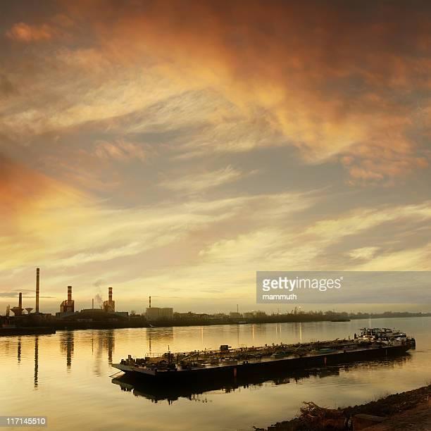 Barge d'une lumière dorée