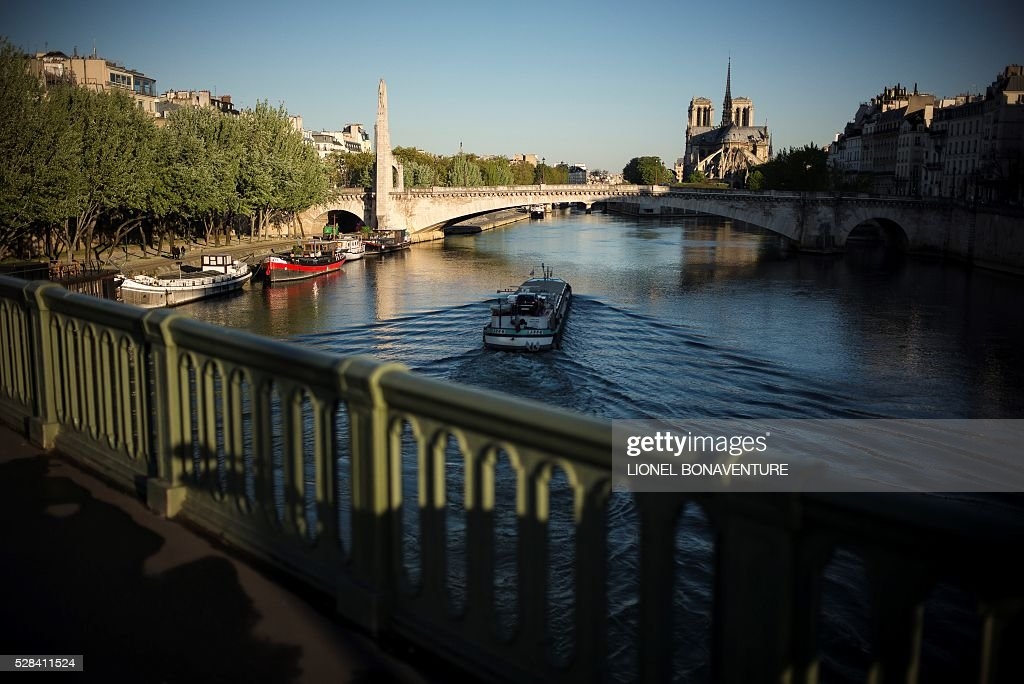 A barge is pictured on the Seine river, on May 5, 2016 in Paris. / AFP / LIONEL