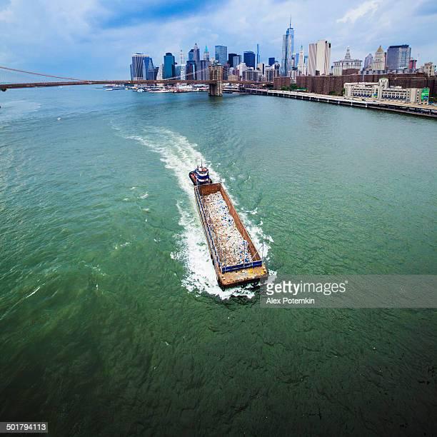 Barge avec des ordures dans la Rivière East