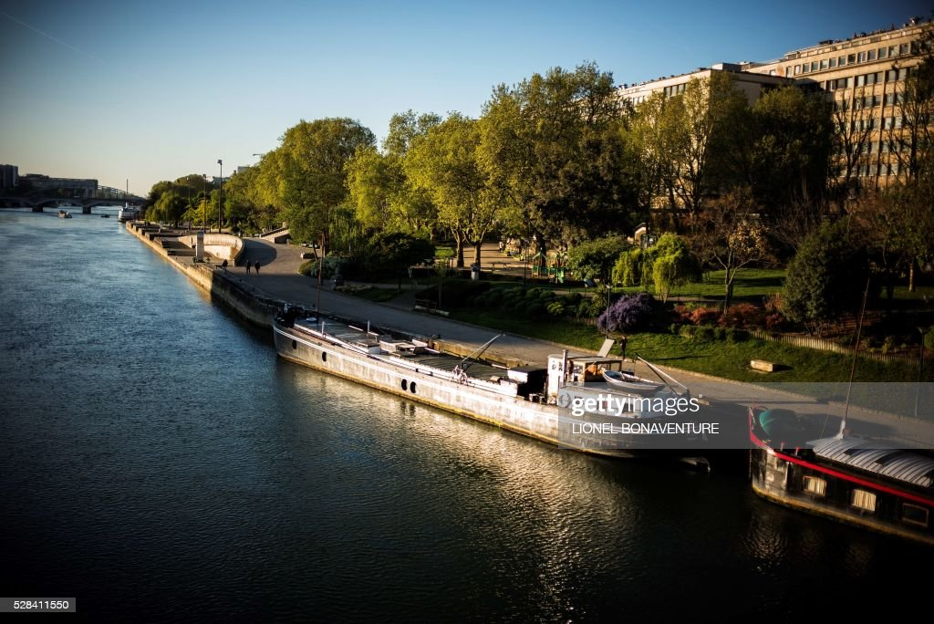 Barges are pictured on the banks of the Seine river, on May 5, 2016 in Paris. / AFP / LIONEL