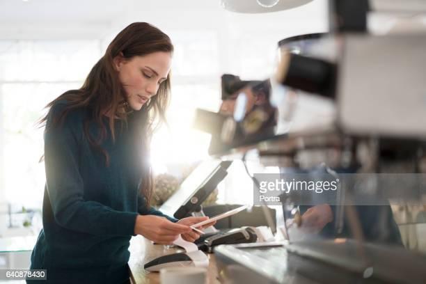 Mit digital-Tablette und Bill in Café Barista