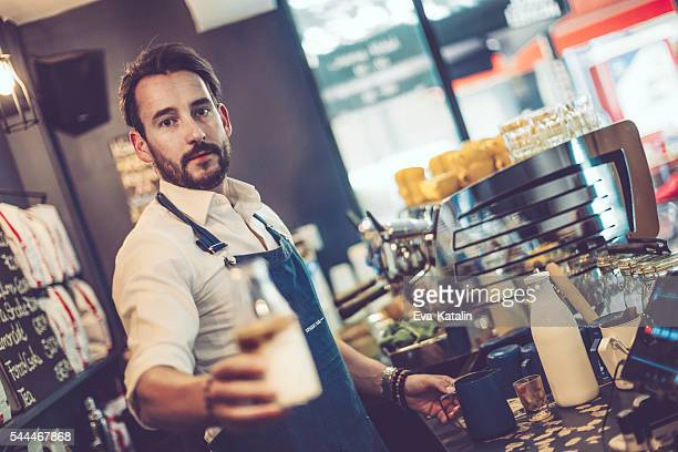 Barista ist mit Kaffee