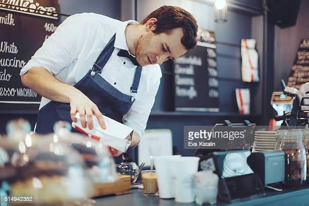 Barista travaille dans un café Boutique