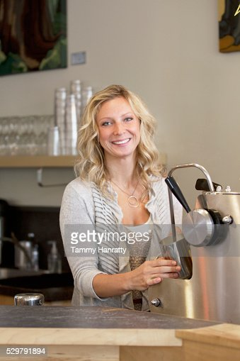 Barista steaming milk : Stock-Foto