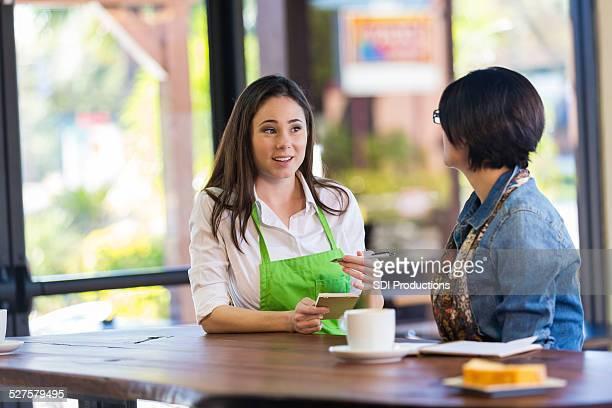 Barista die Bestellung von Kunden im modernen coffee shop restaurant