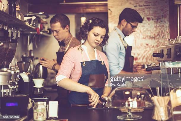 Barista-team arbeitet in einem coffee shop