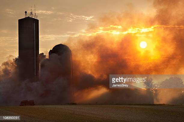 Barn fuego en la luz de la puesta de sol