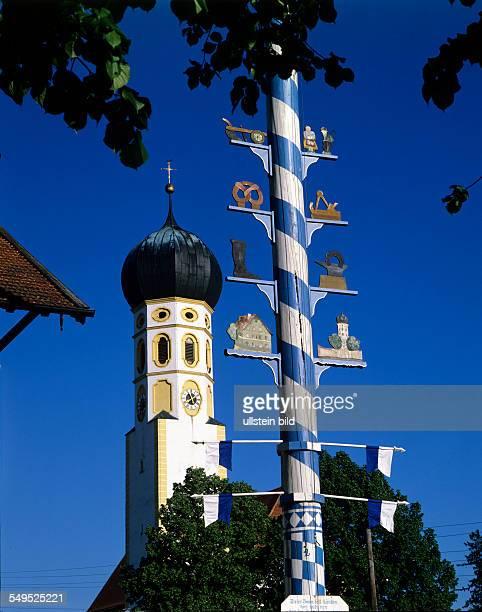 Barock Kirchturm von Münsingen Zwiebelturm Maibaum Bayerischer Brauch weiss blau Rautenmuster Oberbayern