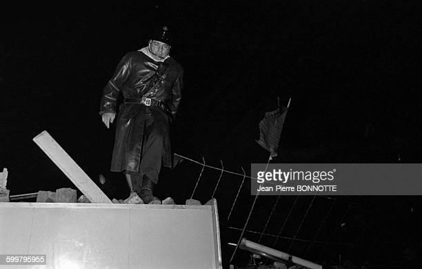 Barricades rue GayLussac dans la nuit du 10 au 11 mai 1968 à Paris France