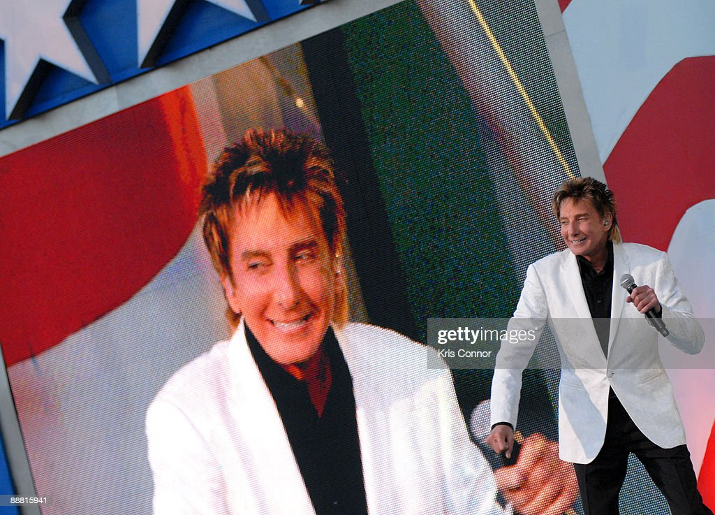 barry-manilow-performs-during-a-capitol-fourth -independence-day-at-picture-id88815941