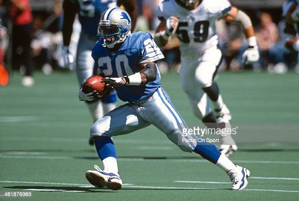 Barry Sanders of the Detroit Lions carries the ball against the Philadelphia Eangles during an NFL football game September 15 1996 at Veterans...