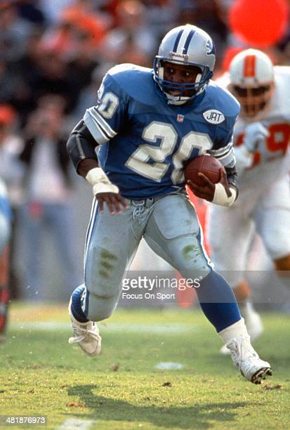 Barry Sanders of the Detroit Lions carries the ball against the Tampa Bay Buccaneers November 10 1991 during an NFL football game at Tampa Stadium in...