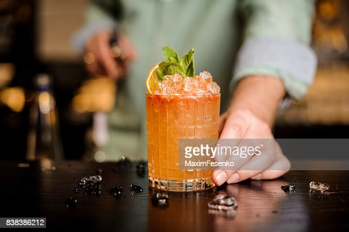 Bartender finished decorating his cocktail : Foto de stock