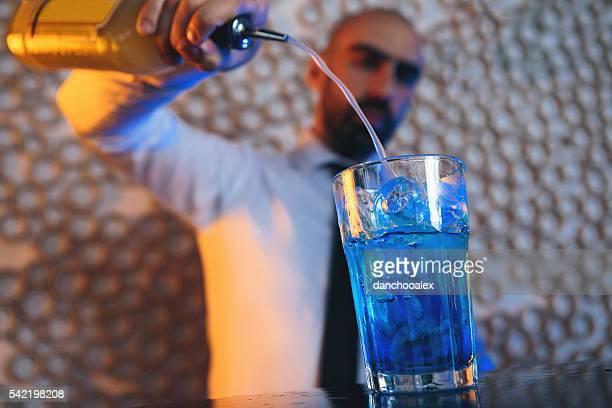 Barkeeper cocktail machen