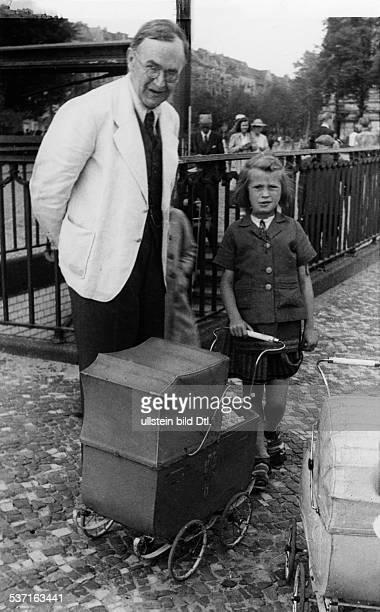 Barth Karl Theologe Schweiz mit einem kleinen Maedchen undatiert