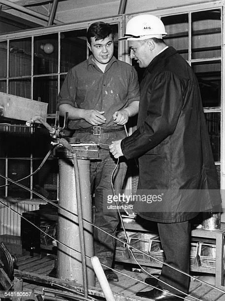 Barzel Rainer * Politiker CDU D bei einer Betriebsbesichtigung 1966