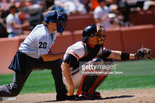 Baseball catcher and umpire at game : Stockfoto