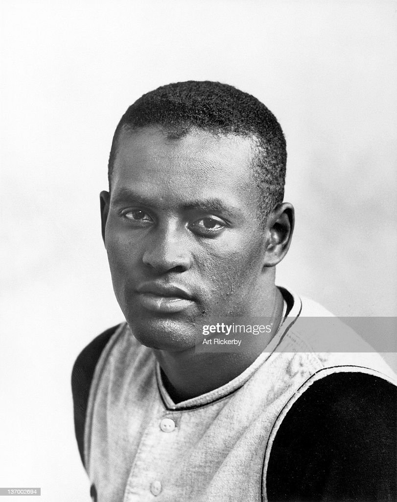 Closeup portrait of Pittsburgh Pirates <a gi-track='captionPersonalityLinkClicked' href=/galleries/search?phrase=Roberto+Clemente&family=editorial&specificpeople=206918 ng-click='$event.stopPropagation()'>Roberto Clemente</a> (21) during spring training. Art Rickerby X7396 )