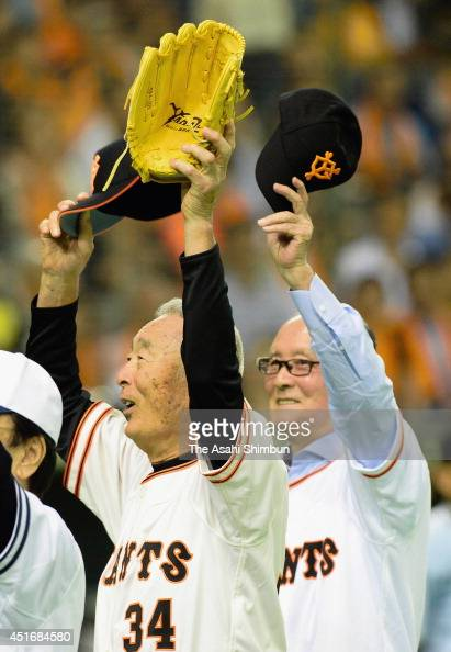 Baseball legends Masaichi Kaneda and Shigeo Nagashima attend the memorial first pitch prior to the Yomiuri Giants and Chunichi Dragons at Tokyo Dome...