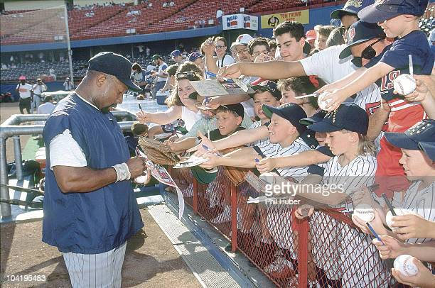 Minnesota Twins Kirby Puckett signing autographs for fans before game vs Texas Rangers Arlington TX 6/6/1992 CREDIT Phil Huber Set Number X43021 TK1...