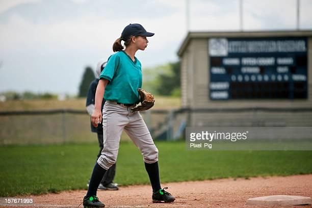 Jugador de béisbol en tercera Base con marcador detrás