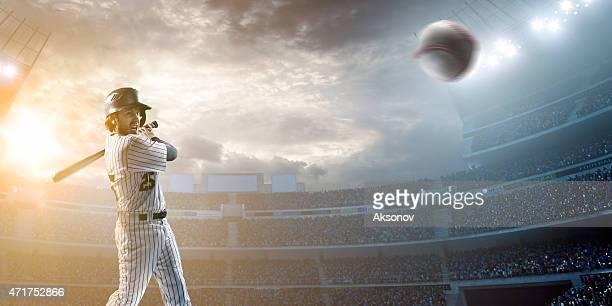 Baseball-Spieler schlagen den ball im Stadion