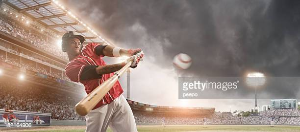 Jugador de béisbol pulsando bola