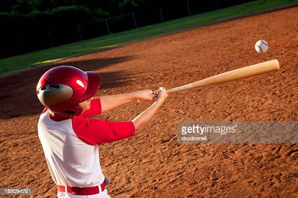 Baseball-Spieler schlagen den Ball