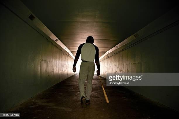 Joueur de Baseball de marche avec chauve-souris