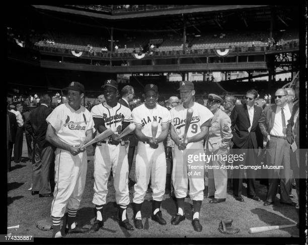 Baseball players Stan Musial of St Louis Cardinals Hank Aaron of Milwaukee Braves Willie Mays of San Francisco Giants and Wally Moon of Los Angeles...