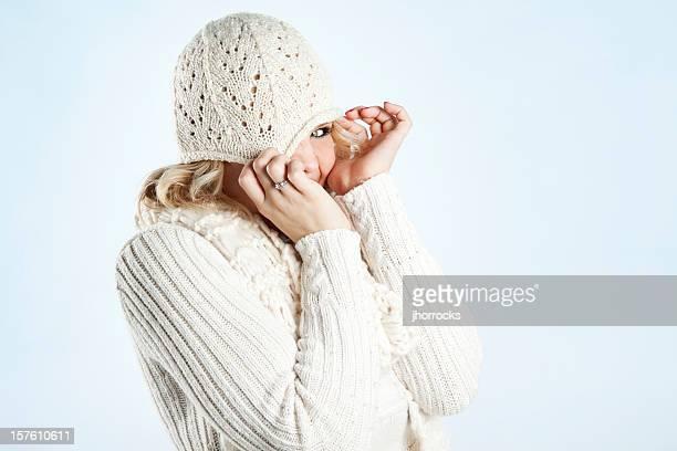 Bashful jeune Blonde Femme dans un pull blanc