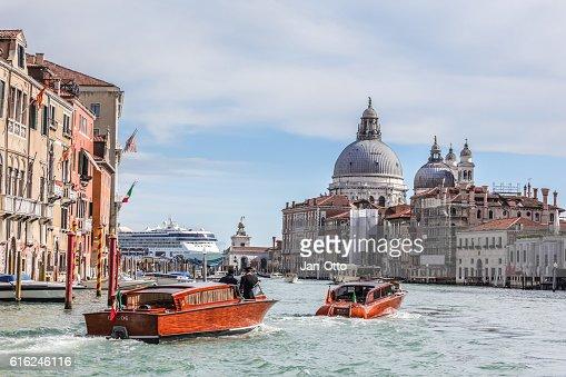 Basilica di Santa Maria della salute and Canale grande : Foto de stock