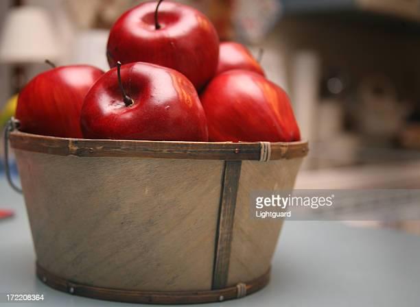 Panier en plastique de pommes