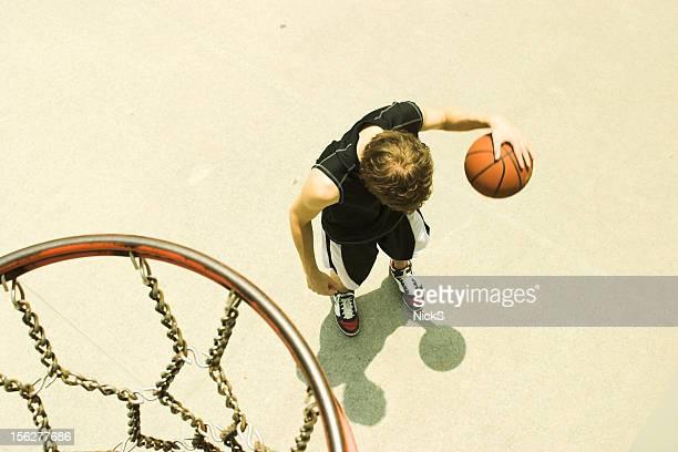 Canasta de baloncesto con hombre jugando