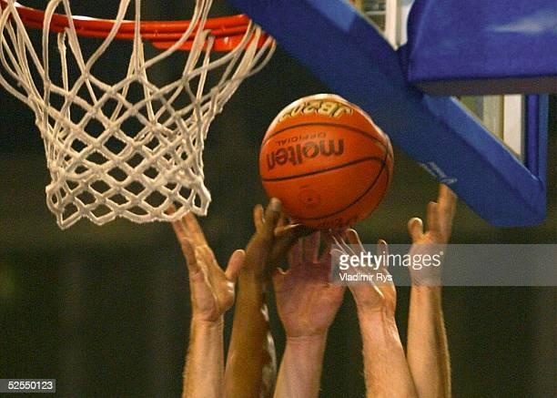 Basketball / Maenner ULEB Cup 2004 Koeln RheinEnergie Koeln KK Zadar Spezial Haende und Ball 270104