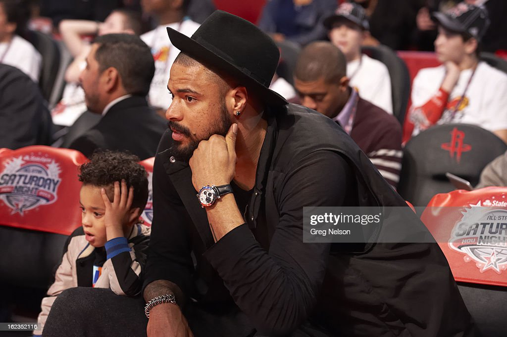 New York Knicks Tyson Chandler with his son, Tyson, on sidelines during All-Star Weekend at Toyota Center. Greg Nelson F69 )