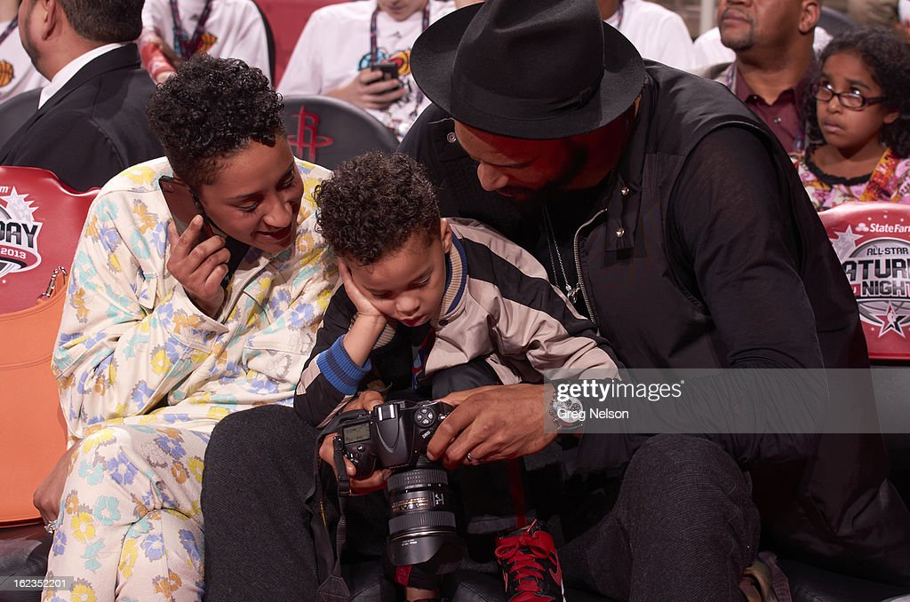 New York Knicks Tyson Chandler with his wife, Kimberly and son, Tyson on sidelines during All-Star Weekend at Toyota Center. Greg Nelson F24 )