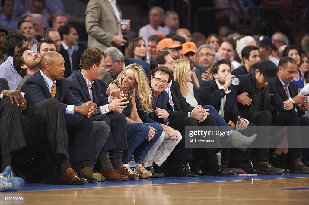 Former New York Knicks John Starks, actor Jason Bateman, actress Tracy Pollan and actor Michael J. Fox sitting courtside during New York Knicks vs Indiana Pacers game at Madison Square Garden. Game 5. Al Tielemans F549 )
