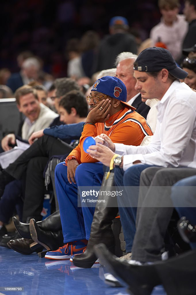 New York Knicks fan and movie director Spike Lee sitting courtside during game vs Chicago Bulls at Madison Square Garden. Al Tielemans F215 )