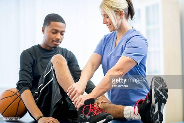 Giocatore di basket sempre fisioterapia