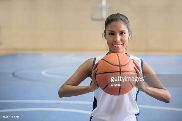 Un jugador de baloncesto de retención de bola